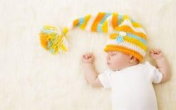 Bébé dormant dans le chapeau, sommeil nouveau-né d'enfant dans le mauvais, nouveau-né Images stock