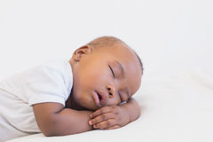 Bébé garçon adorable dormant paisiblement Images stock