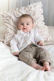 Bébé garçon mignon avec de grands yeux bleus Images stock
