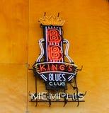 BB królewiątka błękitów klubu Neonowy znak przy Memphis Mile widziany centrum Fotografia Royalty Free