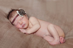 Bébé nouveau-né caucasien tout en dormant Image libre de droits