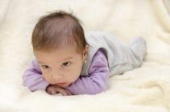 Bébé observé par noir. Image stock