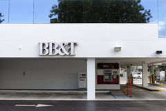 BB&T银行标志、ATM和驱动通过 库存照片