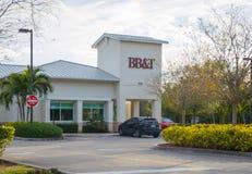 BB&T-Zeichen auf Bankgebäude mit ATM und Antrieb durch Wege BB&T-Bankfassade mit ATM und Antrieb durch Bankwesenzeichen Stockfoto