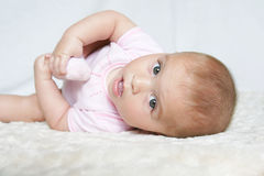 Bébé tenant le pied Image stock