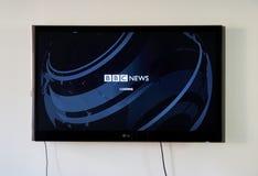 BBC新闻商标和app在LG电视 库存图片