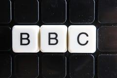 BBC-Textwortkreuzworträtsel Alphabetbuchstabe blockiert Spielbeschaffenheitshintergrund Weiße alphabetische Buchstaben auf schwar Stockbilder