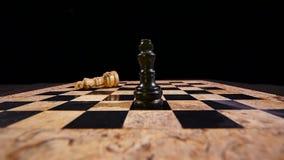 Bblack królewiątko uderza białego królewiątko i bierze jego miejsce