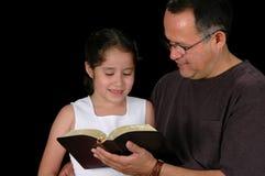 A Bíblia da leitura do pai Fotografia de Stock Royalty Free