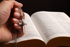 A Bíblia e cruz Fotografia de Stock