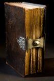 A Bíblia velha no preto Fotografia de Stock