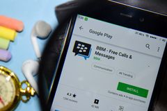 BBM - App dello sviluppatore libero dei messaggi & di chiamate con l'ingrandimento sullo schermo di Smartphone fotografia stock libera da diritti