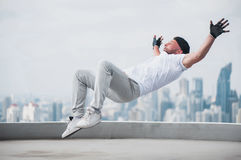 Bboy που κάνει μερικές ακροβατικές επιδείξεις στη στέγη Στοκ φωτογραφία με δικαίωμα ελεύθερης χρήσης
