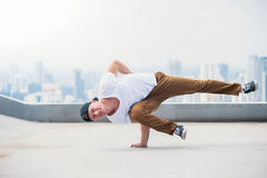 Bboy делая некоторые эффектные выступления на крыше Стоковая Фотография RF