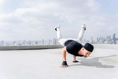 Bboy делая некоторые эффектные выступления Художник улицы breakdancing outdoors Стоковое Изображение RF