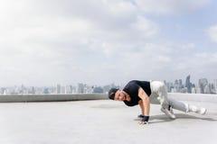 Bboy robi niektóre wyczyny kaskaderscy Uliczny artysta breakdancing outdoors Zdjęcie Royalty Free