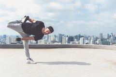 Bboy robi niektóre wyczyny kaskaderscy Uliczny artysta breakdancing outdoors Fotografia Stock