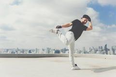Bboy robi niektóre wyczyny kaskaderscy Uliczny artysta breakdancing outdoors Obrazy Stock