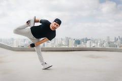 Bboy robi niektóre wyczyny kaskaderscy Uliczny artysta breakdancing outdoors Zdjęcie Stock