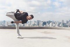Bboy robi niektóre wyczyny kaskaderscy Uliczny artysta breakdancing outdoors Zdjęcia Stock