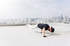 Bboy som gör något jippon Gatakonstnär som utomhus breakdancing Arkivbilder