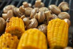BBQ在格栅和玉米烤的蘑菇蘑菇 免版税库存图片