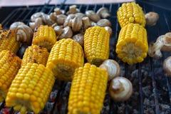 BBQ在格栅和玉米烤的蘑菇蘑菇 库存照片