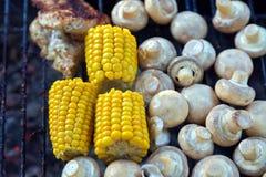 BBQ在格栅和玉米烤的蘑菇蘑菇 库存图片