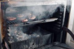 BBQ在热的火焰状木炭格栅、食物、好快餐室外党的或野餐的烤汉堡小馅饼 库存图片