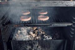 BBQ在热的火焰状木炭格栅、食物、好快餐室外党的或野餐的烤汉堡小馅饼 免版税库存照片
