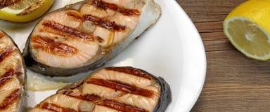 BBQ在白色板材的烤鲑鱼排 免版税库存图片