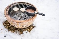 BBQ快餐在冷的冬天 免版税库存图片