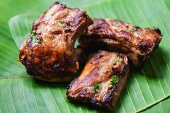 Bbq排骨烤用在香蕉叶子供食的草本香料-烤烤肉猪排切了 免版税库存图片