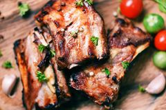 Bbq排骨烤用蕃茄草本和香料在木切板-烤烤肉猪排切了 库存照片