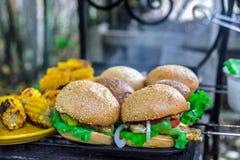 BBQ有菜的汉堡乳房在热的木炭格栅 图库摄影