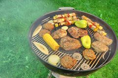 BBQ格栅用牛排、Kebabs和菜顶视图 免版税库存照片