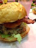 BBQ汉堡包用乳酪 免版税库存图片
