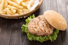Bbq汉堡包用在木背景的炸薯条 库存照片