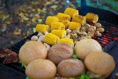 BBQ汉堡和在格栅和玉米烤的蘑菇蘑菇 免版税库存照片