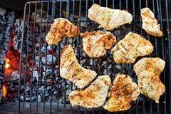 BBQ烤了火鸡肉户外格栅 汉堡的准备 免版税库存照片