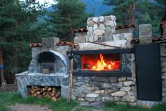 BBQ烤箱做了_ _石头在房子的庭院里 库存图片
