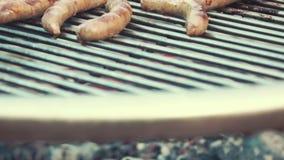 BBQ烹调/抽烟的可口水多的肉牛排和香肠在格栅 股票录像