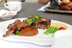 BBQ牛排 烤肉与菜的烤牛排肉 免版税图库摄影