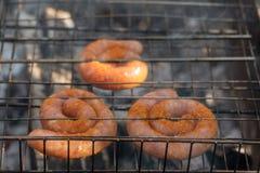 BBQ用在格栅的火热的香肠 库存图片