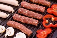 BBQ用香肠、pappers和蘑菇 库存照片