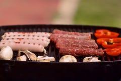 BBQ用香肠、pappers和蘑菇 库存图片