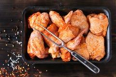 BBQ的未加工的用卤汁泡的鸡 库存图片