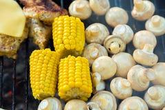 BBQ肉用乳酪、在g和玉米烤的蘑菇蘑菇 免版税库存图片