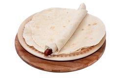 BBQ香肠在墨西哥玉米粉薄烙饼滚动了  免版税库存图片