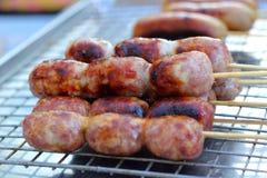BBQ香肠在市场上 免版税库存图片
